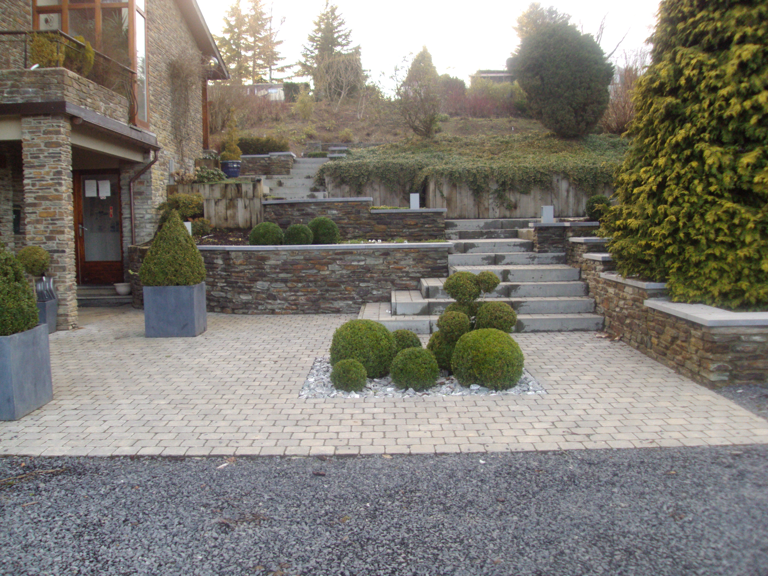 Parking en pierre bleue gabions entr e de bureau for Amenagement parking jardin